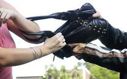Nhóm thanh niên dùng dao khống chế người phụ nữ cướp nữ trang bằng vàng