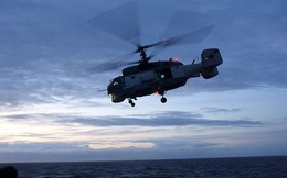 'Lão tướng' săn ngầm Ka-27 đáp xuống tàu chiến trong thời tiết xấu
