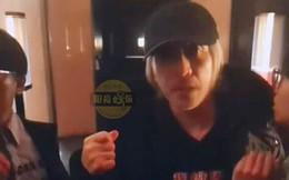 Fan bất ngờ chặn đường xin chụp ảnh, hành động của Châu Tinh Trì bị chỉ trích