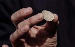 Phát hiện đồng tiền xu quý hiếm 1.900 năm tuổi trong hầm trú ẩn