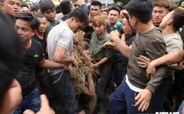 Ảnh: Hàng trăm thanh niên xâu xé, chen lấn cướp manh chiếu tại lễ hội Đúc Bụt
