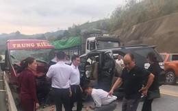 Xe khách đấu đầu xe 7 chỗ trên cao tốc Nội Bài - Lào Cai khiến 9 người bị thương