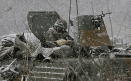 """Ảnh: Muôn vàn kiểu ngủ """"độc, lạ"""" của binh sỹ trên chiến trường"""