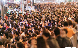 Ảnh: Hàng nghìn người tràn kín lòng đường, xì xụp vái lạy trước chùa Phúc Khánh