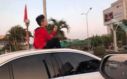 Đứa bé ngồi vắt vẻo trên nóc ô tô khiến nhiều ông bố bà mẹ sợ hãi, chỉ trích