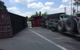 Xe container lật khi rẽ phải, thùng rơ moóc văng trúng xe taxi, suýt đè chết 2 người