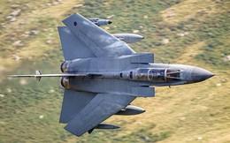 """Chiến đấu cơ 40 tuổi của Không quân Hoàng Gia Anh """"tạm biệt"""" bầu trời"""