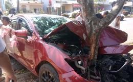 Xe đón dâu biến dạng, dính chặt vào gốc cây - hiện trường vụ tai nạn gây ám ảnh