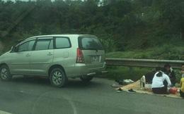 Ô tô 7 chỗ trải chiếu mở tiệc trên cao tốc Nội Bài - Lào Cai
