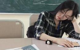 Dân tình lại nháo nhào truy tìm info cô giáo thực tập xinh đẹp sau khoảnh khắc chúp lén lúc ngủ gật trong lớp