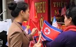 """Người dân chen lấn mua cờ Mỹ, Triều Tiên, tiểu thương tranh thủ """"hốt bạc"""""""
