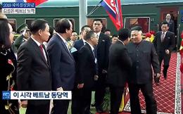 Video: Phiên dịch Triều Tiên hối hả chạy tới phiên dịch cho ông Kim Jong-un