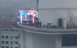 """Dân mạng """"chộp"""" được hình ảnh trường quay dựng tạm của đài truyền hình Hàn Quốc trên nóc nhà cao tầng ở Hà Nội"""