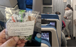 """Chuyến bay 10 tiếng và mẩu giấy nhắn của bà mẹ người Hàn Quốc """"gây bão"""" mạng xã hội thế giới"""