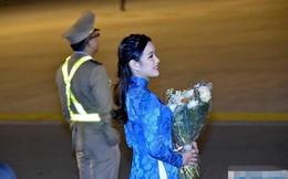 Bí mật đằng sau chiếc áo dài thêu vàng 24k của cô gái tặng hoa cho Tổng thống Donald Trump