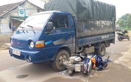 Nổ súng bắn vào kính trấn áp ô tô tải chở đầy gỗ đâm chiến sỹ công an bị thương