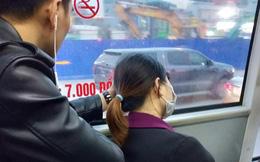 """Đưa """"bàn tay ngôn tình"""" đỡ cô gái ngủ quên trên xe buýt, chàng trai vô tình được chú ý"""