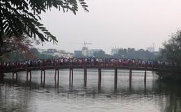 Kinh ngạc cảnh tắc cứng, chen chúc trên cầu Thê Húc ngày đầu năm
