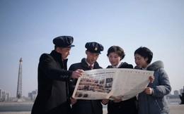 24h qua ảnh: Sinh viên Triều Tiên chăm chú đọc tin tức về hội nghị thượng đỉnh Mỹ-Triều