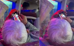 Cụ già bị chụp trộm trên xe khách khi chăm chú nhìn vào màn hình điện thoại, bức ảnh ai cũng tò mò