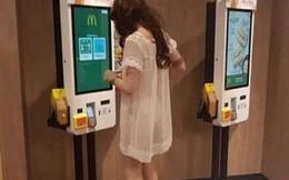 'Đau mắt' cảnh cô gái đi mua đồ với chiếc váy mỏng như màn tuyn, nhìn thấu cả nội y