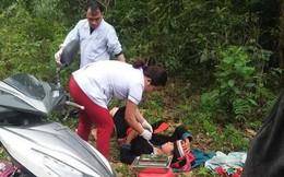 """Bác sĩ phóng xe máy đến bìa rừng giúp sản phụ người Dao """"vượt cạn"""""""