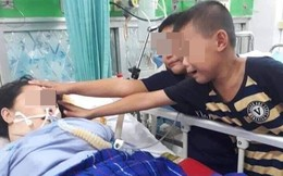 Hai đứa trẻ đau đớn vuốt má mẹ nằm trên giường bệnh - khoảnh khắc gây ám ảnh nhất hôm nay