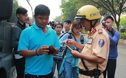 Tài xế ngỡ ngàng vì bị CSGT xử phạt người không thắt dây an toàn ở Sài Gòn