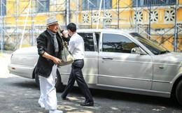 """[VIDEO]: Cận cảnh """"quái vật"""" Bentley Arnage hộ tống ông Đặng Lê Nguyên Vũ đến tòa"""