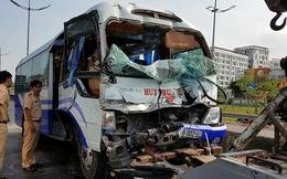 Xe khách va chạm xe container, nhiều người nhập viện cấp cứu ở Sài Gòn