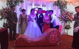 """Vác """"ghế tình yêu"""" đến tặng đôi bạn thân trong ngày cưới, anh chàng khiến tất cả khách mời ngượng chín mặt"""