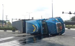 Xe container ôm cua lật ngang đường, người dân phá cửa cứu 4 người trong gia đình