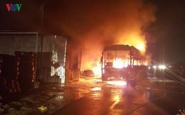 Ảnh: Hiện trường xe khách bốc cháy dữ dội trên Quốc lộ