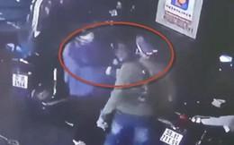 Bị nhắc hút thuốc lá, 2 thanh niên đánh nhân viên cây xăng rồi giật cọc tiền tẩu thoát