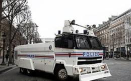 Cận cảnh xe bọc thép ngăn biểu tình Áo Vàng ở đại lộ Champs-Elysees