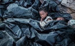 24h qua ảnh: Trẻ em dùng nylon làm chăn ở khu sơ tán Mozambique sau siêu bão