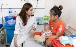 Hoa hậu Thu Hoài hỗ trợ kinh phí cho người mẹ trẻ có con nhỏ bị bệnh tắc ruột