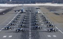 """Màn diễu binh """"voi đi bộ"""" chưa từng có của tiêm kích tàng hình F-22"""
