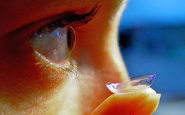 Ai cũng nói đeo kính áp tròng khi ngủ có hại, nhưng hại như thế nào bạn có biết không?