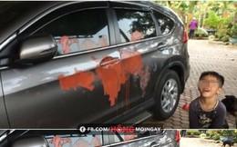 """Gây ra """"cơn ác mộng"""", đứa bé cười phấn khích cạnh chiếc xe loang lổ vệt sơn màu đỏ"""