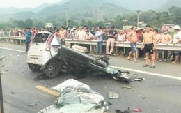 Ám ảnh hiện trường vụ tai nạn xe con nát bét sau khi đối đầu xe tải trên đường Hòa Lạc