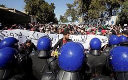 """Vẫn tranh cử dù ốm """"thập tử nhất sinh"""", Tổng thống Algeria """"thổi bùng"""" phong trào Mùa xuân Ả Rập"""