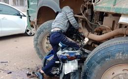 Người đàn ông gục đầu, bất động trên bánh xe tải - hiện trường vụ tai nạn đầy ám ảnh
