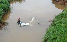 Thi thể nam thanh niên được phát hiện nằm nghiêng cạnh xe máy Exciter dưới mương nước