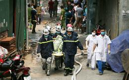 Xót xa cảnh đưa các nạn nhân xấu số trong vụ cháy 8 người chết và mất tích ra ngoài
