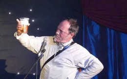 Đang nói đùa về cơn đau tim, diễn viên hài chết trên sân khấu nhưng ai cũng tưởng là trò đùa
