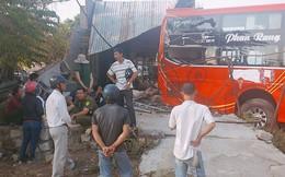 Xe khách đang leo dốc bất ngờ tụt lùi tông sập nhà dân lúc 5 người đang ngủ say