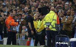 """Trùng hợp: Trọng tài khiến Man City ôm hận vì VAR cũng là """"kẻ thù số một"""" của Man United"""