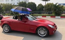 Đi Mercedes mui trần sang chảnh giữa cái nắng gần 40 độ, 2 thanh niên bật ô che tạm