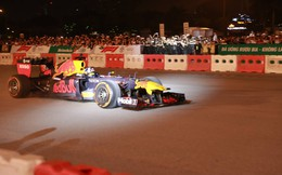"""Xe đua F1 lao qua """"như cơn gió"""" trước khu vực sân vận động Mỹ Đình, ngàn người hò reo"""